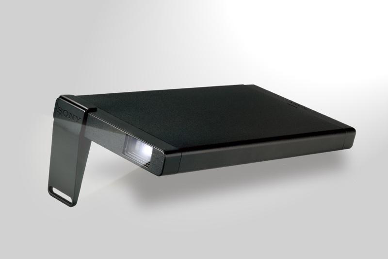 圖1)Sony MP-CL1行動微型投影機輕巧便攜,能近距離投射影像,更可投射達 120 吋畫面,隨處感受影像更加放大的便利與樂趣。_resize
