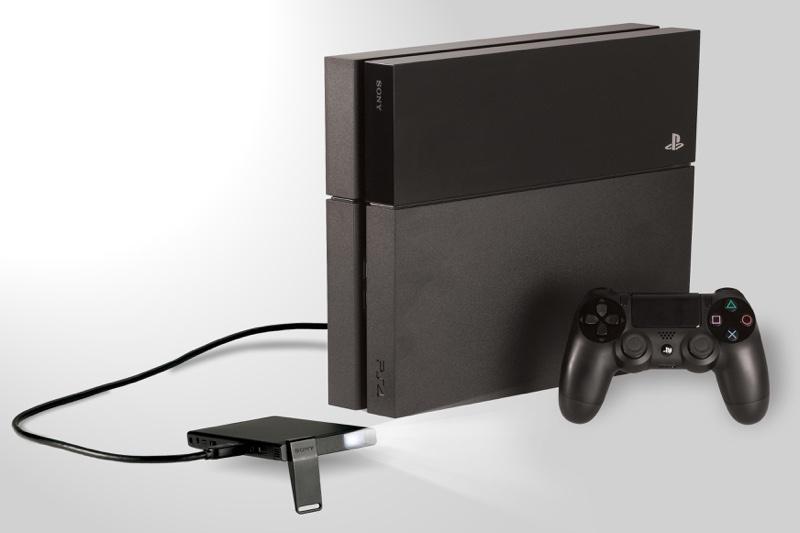 圖4)針對PlayStation玩家,Sony MP-CL1行動微型投影機更提供了隨處享受放大遊戲螢幕的體驗快感。_resize